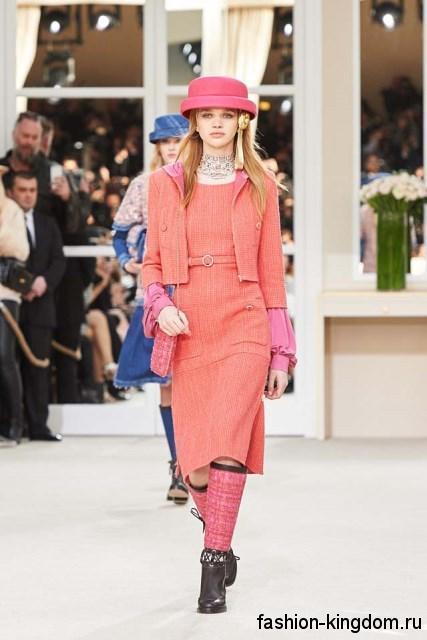 Теплое платье длиной до колен, розового оттенка, приталенного кроя, с коротким болеро от Chanel.