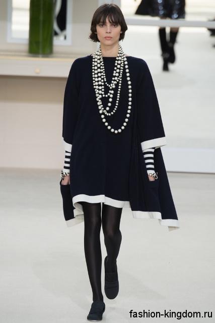 Черное теплое платье свободного фасона, длиной выше колен, с рукавами три четверти из коллекции Chanel.