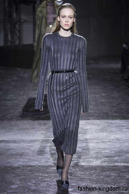 Длинное теплое платье темно-серого цвета, приталенного кроя, с кожаным пояском от Nina Ricci.