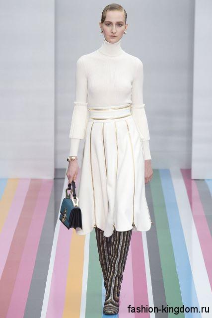 Белое теплое платье с объемной юбкой, длиной до колен, с воротником стойкой от Salvatore Ferragamo.
