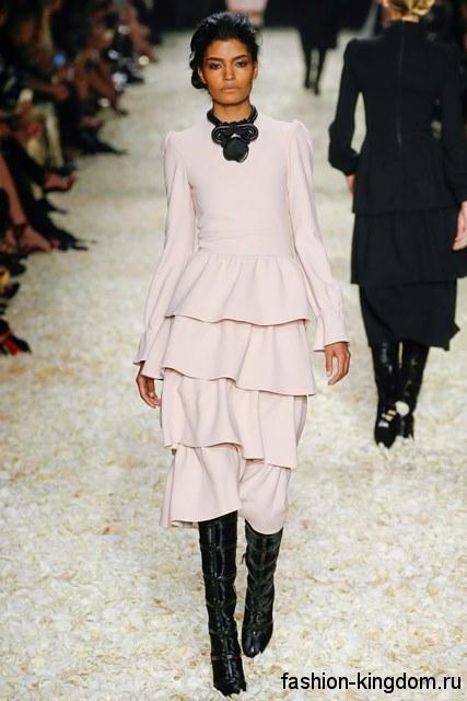 Теплое платье-миди светло-розового цвета, с пышной юбкой м длинными рукавами от Tom Ford.