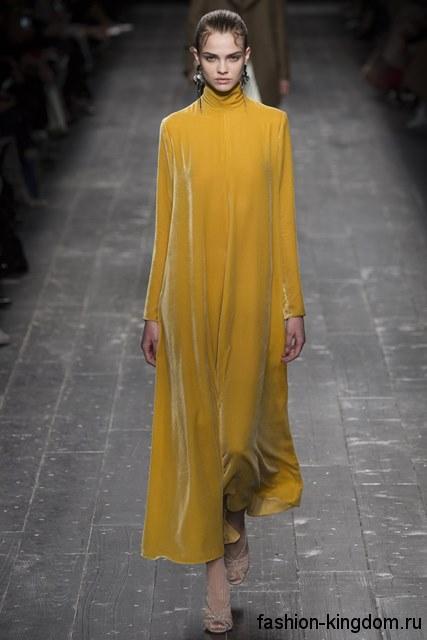 Широкое теплое платье желтого цвета, длиной в пол, с воротником стойкой из коллекции Valentino.
