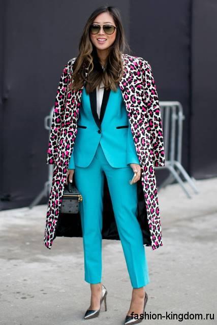 Брючный костюм бирюзового цвета, классического кроя в сочетании с пальто леопардовой расцветки и туфлями на каблуке.