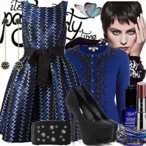 Синий кардиган на пуговицах, декорированный бусинами и бисером, сочетается с вечерним черно-синим платьем.