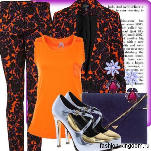 Вечерний брючный костюм черно-оранжевого цвета, зауженного фасона в тандеме с оранжевой майкой и туфлями на каблуке.
