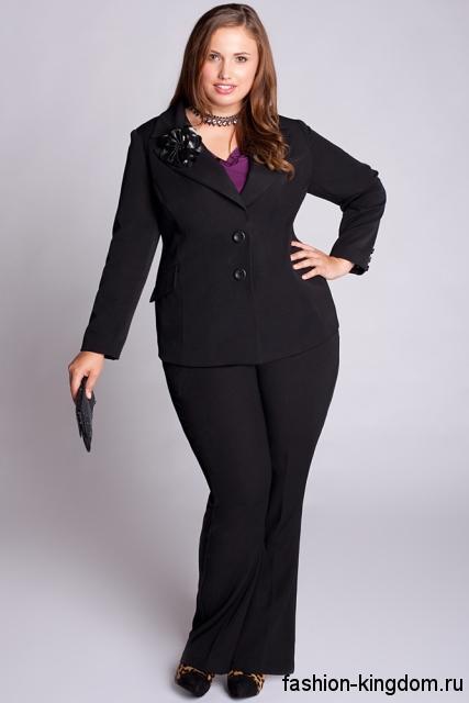 Черный брючный костюм для полных девушек, приталенного фасона дополняется туфлями черного цвета на каблуке.