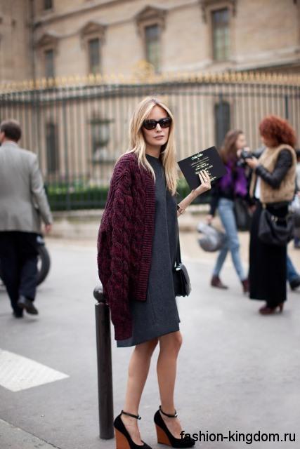 Вязаный кардиган сливового оттенка, средней длины в сочетании с офисным серым платьем и туфлями на платформе.