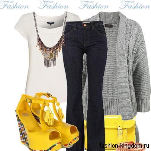 Вязаный серый кардиган средней длины сочетается с джинсами-клеш и белой футболкой.