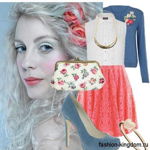 Кардиган синего цвета, на пуговицах в сочетании с белой блузой без рукавов и ажурно юбкой кораллового тона.
