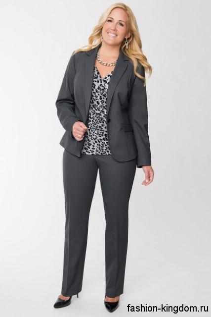 Женский брючный костюм серого цвета для полных, классического фасона дополняется блузкой леопардовой расцветки.