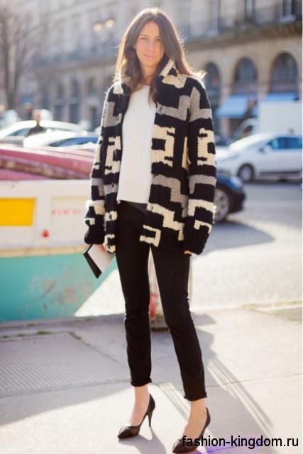 Теплый кардиган черно-белой расцветки с геометрическим принтом в тандеме с короткими черными брюками.