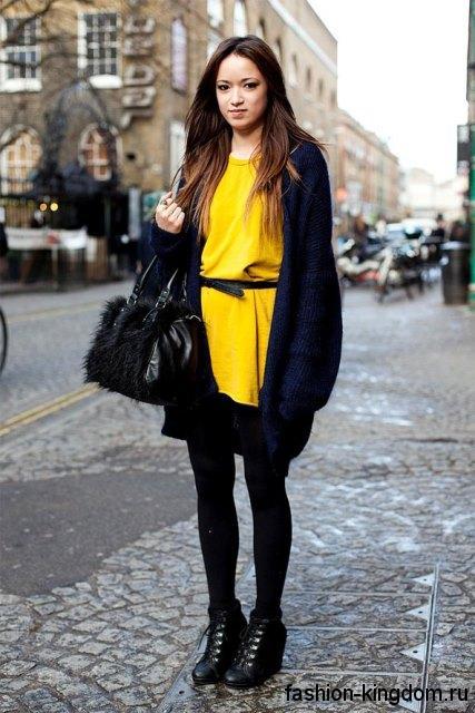 Длинный кардиган темно-синего оттенка, свободного кроя в тандеме с коротким желтым платьем.