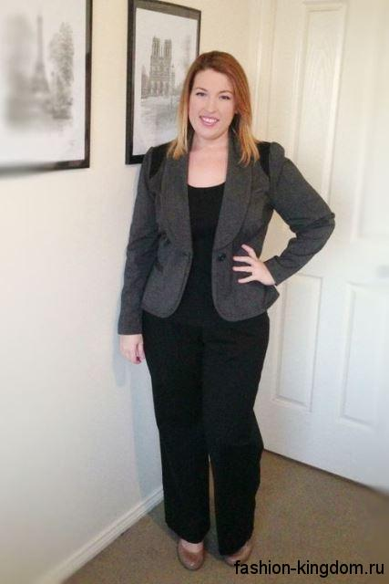 Брючный костюм для полных женщин, состоящий из черных прямых брюк, приталенного серого пиджака и черного топа.