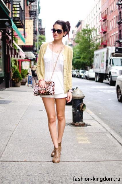 Летний короткий кардиган светло-желтого цвета, на пуговицах в сочетании с шортами и блузкой белого тона.