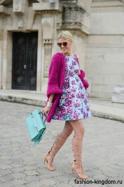 Объемный длинный кардиган розового цвета дополняет вечернее пышное платье голубого тона с розовым рисунком.