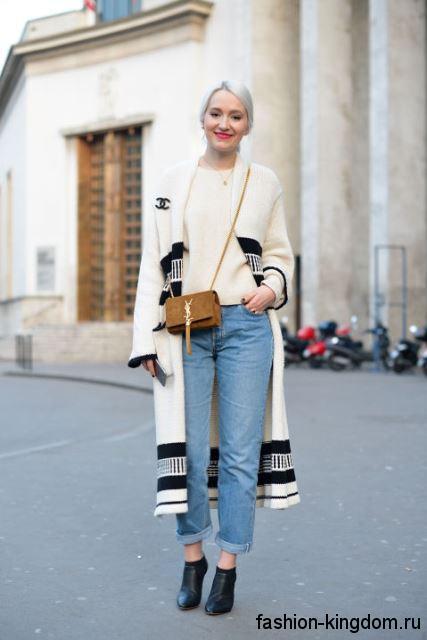 Длинный кардиган черно-белой расцветки, прямого фасона в тандеме с голубыми джинсами и бежевой кофточкой.
