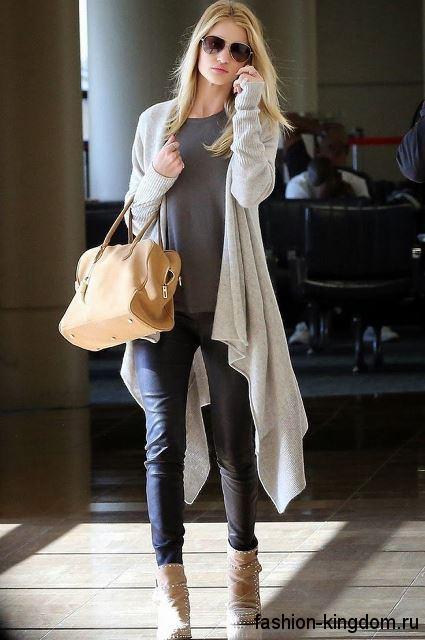 Длинный асимметричный кардиган светло-серого цвета в тандеме с узкими джинсами и серой блузой.