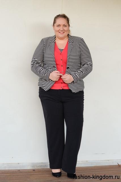 Брючный костюм для полных женщин в виде черных брюк и короткого пиджака черно-белого цвета в полоску.