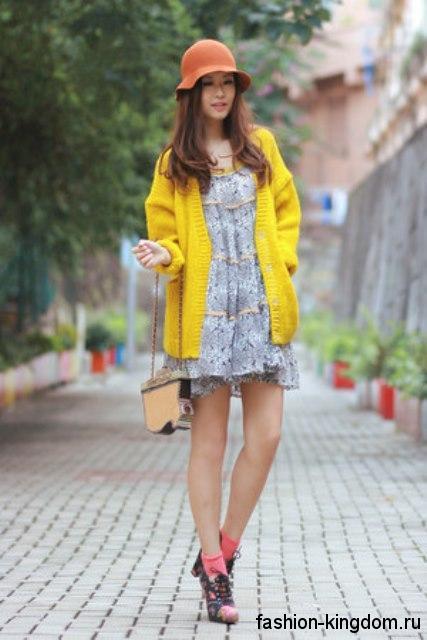 Желтый кардиган на пуговицах, средней длины в сочетании с коротким шифоновым платьем.