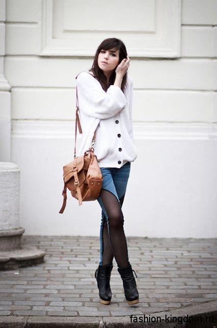 Теплый кардиган белого цвета, объемного фасона, на пуговицах в сочетании с джинсами и ботильонами на каблуке.