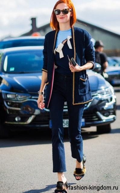 Женский кардиган темно-синего цвета с накладными карманами в тандеме с короткими джинсами.