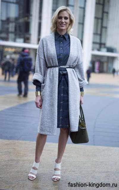 Длинный кардиган светло-серого цвета, с тонким ремешком в сочетании с джинсовым платьем и белыми босоножками.