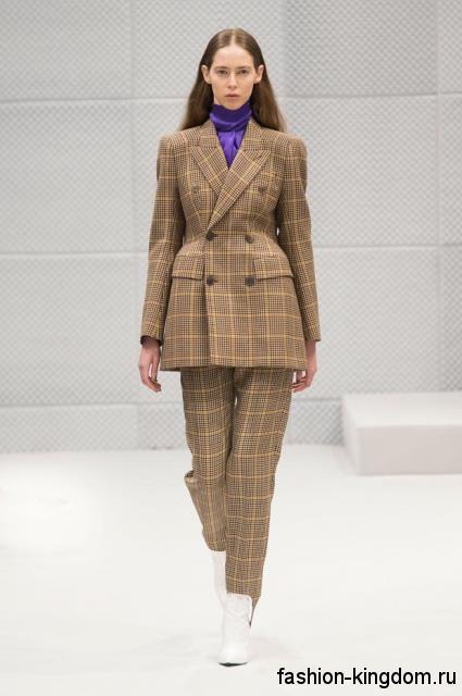 Женский брючный костюм светло-коричневого цвета в клетку, прямого кроя, с акцентом на талии из коллекции Balenciaga.