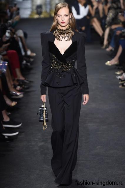 Вечерний брючный костюм черного цвета, декорированный вышивкой, с акцентом на талии от Elie Saab.