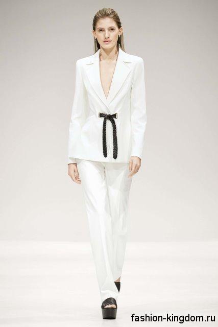 Брючный костюм белого цвета, приталенного фасона, с черным пояском из коллекции Escada.