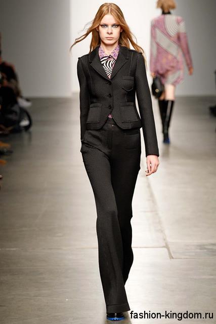 Черный брючный костюм в виде классических брюк и короткого пиджака из коллекции Karen Walker.