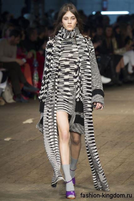 Вязаный длинный кардиган черно-белого цвета в сочетании с коротким вязаным платьем от Missoni.