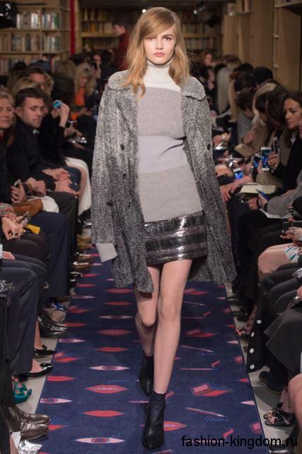 Теплый длинный кардиган на пуговицах, серого цвета в стиле омбре в сочетании с кожаной юбкой-мини от Sonia Rykiel.