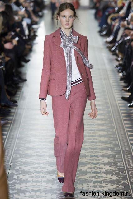 Классический брючный костюм грязно-розового цвета в сочетании с белой блузкой из коллекции Tory Burch.