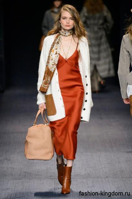 Вязаный кардиган белого цвета, длиной выше колен, с накладными карманами сочетается с длинным платьем от Trussardi.