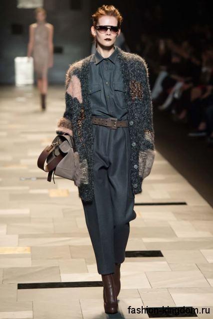 Вязаный теплый кардиган темно-серого цвета, с накладными карманами в тандеме с комбинезоном от Trussardi.