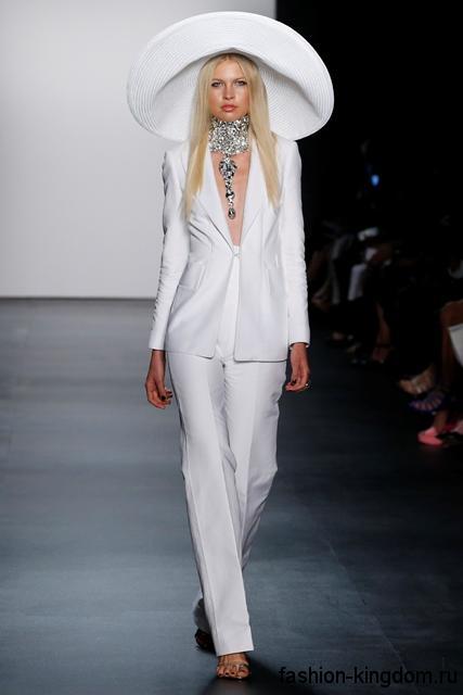 Женский брючный костюм белого цвета в виде прямых брюк и длинного приталенного пиджака от Zang Toi.