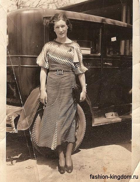 Повседневное платье 30-х годов с полосатым принтом, длиной миди, с короткими рукавами и тонким пояском.