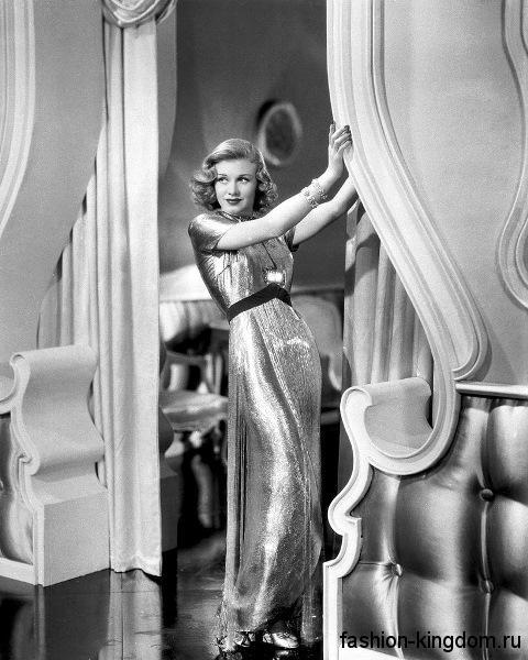 Длинное шелковое платье 30-х годов, прямого кроя с акцентом на талии, с короткими рукавами.