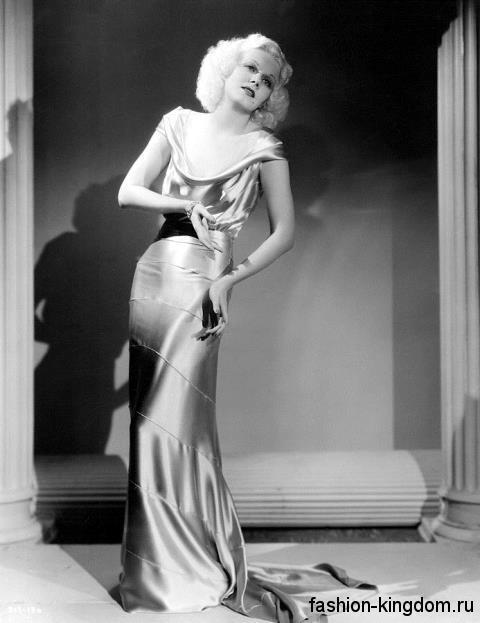 Вечернее платье из атласа 30-х годов, длиной в пол, приталенного фасона, со шлейфом и глубоким декольте.