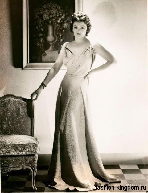 Длинное платье 30-х годов расклешенного фасона, с глубоким декольте и акцентом на талии.