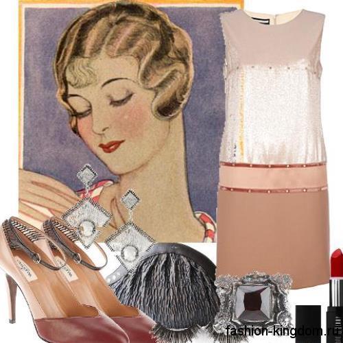 Короткое платье с заниженной талией в стиле 30-х годов, бежевого цвета, прямого фасона, без рукавов.