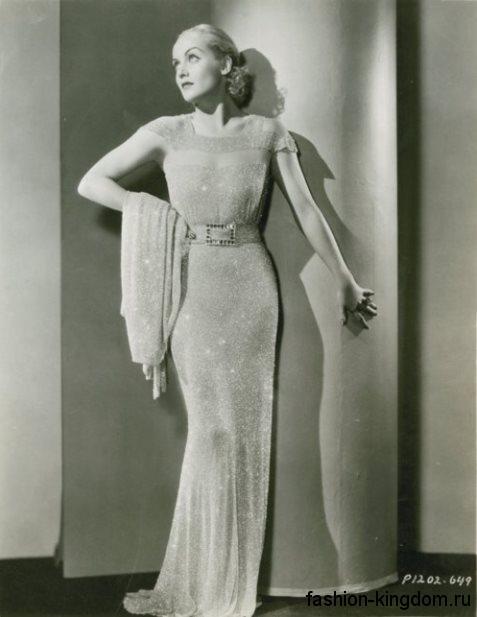 Длинное вечернее платье 30-х годов и блестящей ткани, приталенного кроя, с короткими рукавами и широким поясом.