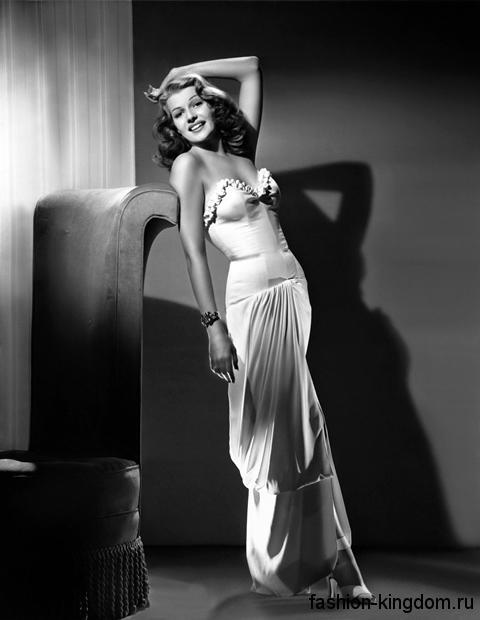 Белое платье 30-х годов длиной в пол, приталенного кроя, с корсетным верхом и прямой юбкой.