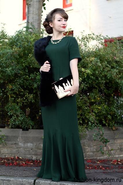 Длинное вечернее платье темно-зеленого цвета в стиле 30-х годов, с короткими рукавами и меховой накидкой.