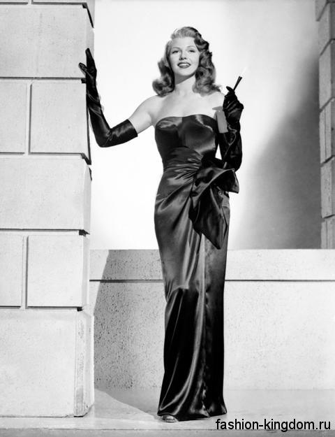 Вечернее длинное платье черного цвета 30-х годов, с открытым верхом, декорированное бантом на талии.