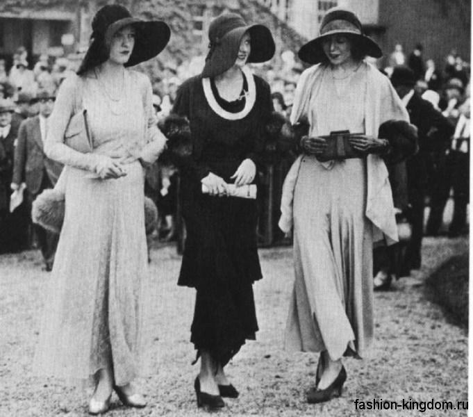Широкополые шляпы 1930-х годов черного цвета, с лентами в сочетании с длинными платьями и туфлями на каблучке.
