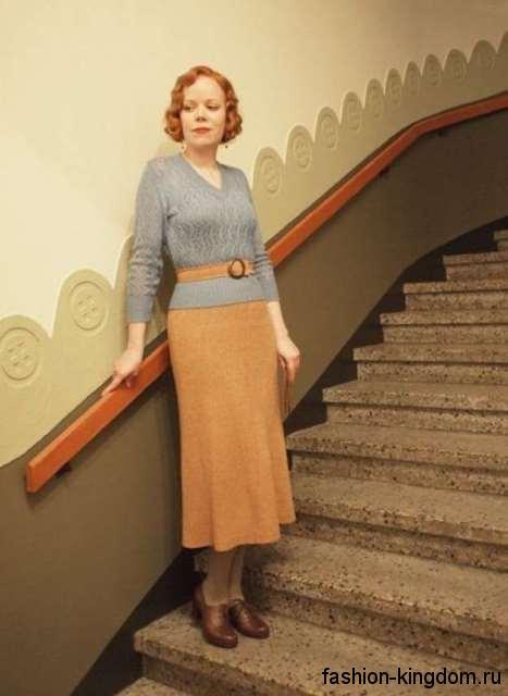 Прямая юбка из плотной ткани в стиле 30-х годов, длиной ниже колен, оранжевого цвета в тандеме с серой кофточкой.