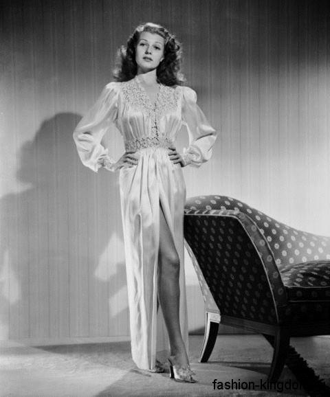 Атласное длинное платье 30-х годов, прямого фасона, с V-образным вырезом горловины, ажурными вставками и разрезом выше колен.