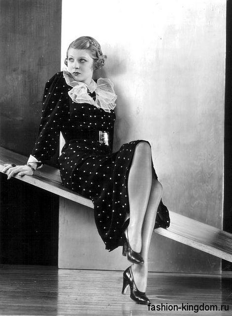 Модные туфли на каблуке, с круглым носком 1930-х годов в тандеме с платьем-миди черного цвета в белый горох.