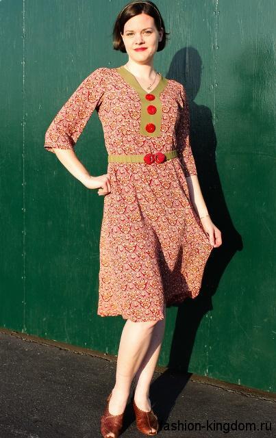 Летнее платье красного тона с принтом в стиле 30-х годов, длиной до колен, с рукавами до локтей и тонким пояском.